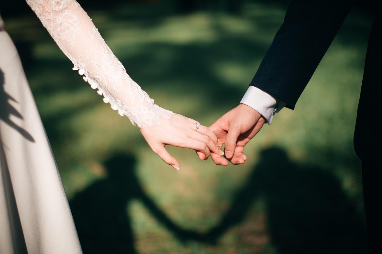 マッチングアプリの馴れ初め報告!結婚式で家族や友達にどう伝える?
