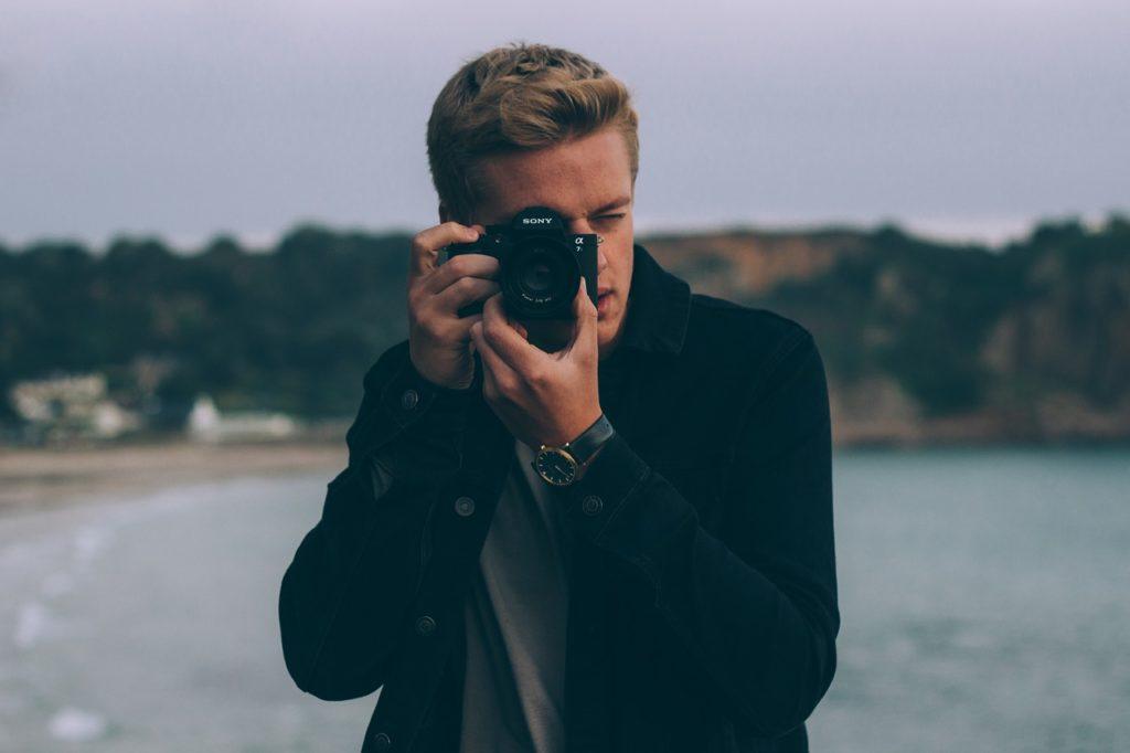マッチングアプリはプロフィール写真が全て!モテる撮り方のコツとは