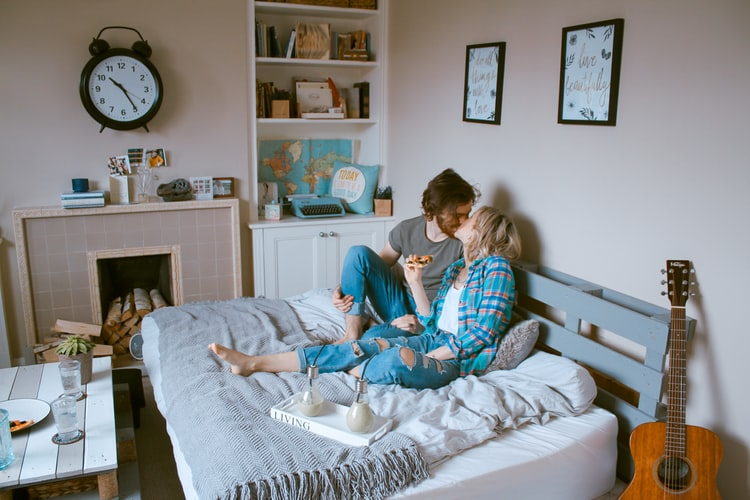 同棲中に彼氏が浮気する心理とは?浮気する男の理由と対処法