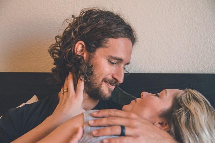 ピロートークの意味と内容とは?セックス後に幸せを感じさせる会話